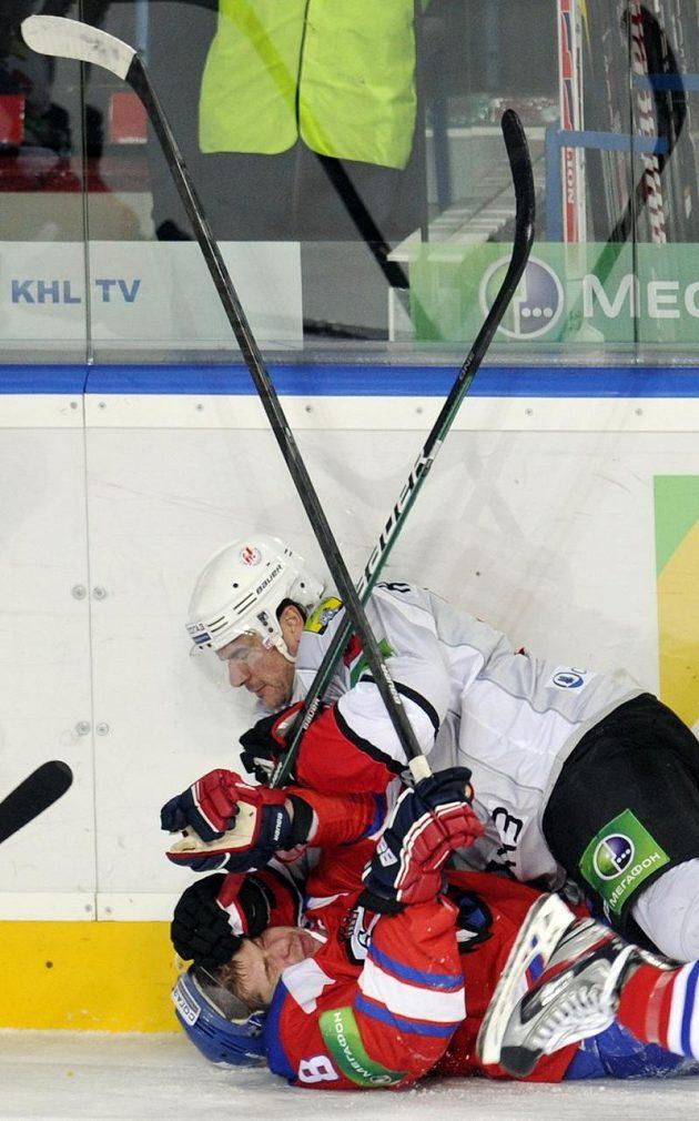 Souboj vleže Randyho Robitaillea z Novokuzněcku (nahoře) a Michala Sersena z týmu Lev Praha.
