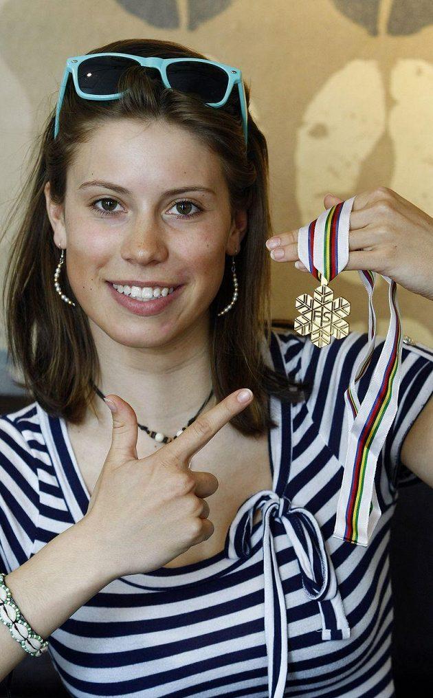 Snowboardkrosařka Eva Samková s jednou ze svých prvích velkých medailí.