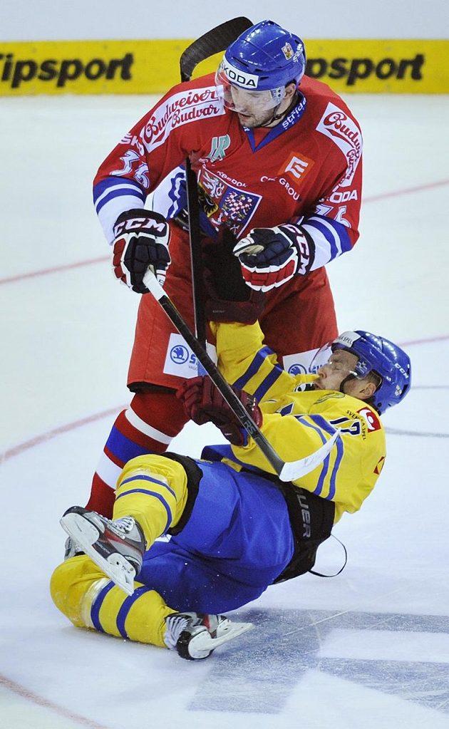 Petr Čáslava sráží na led Melkera Karlssona ze Švédska.