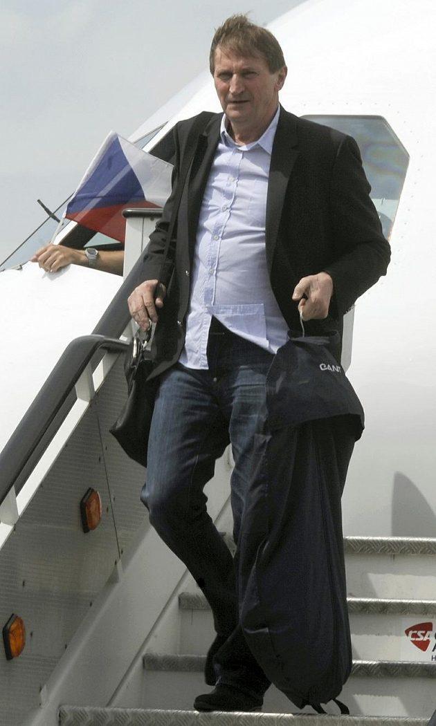 Trenér hokejové reprezentace Alois Hadamczik vystupuje v Praze z letadla po návratu z MS