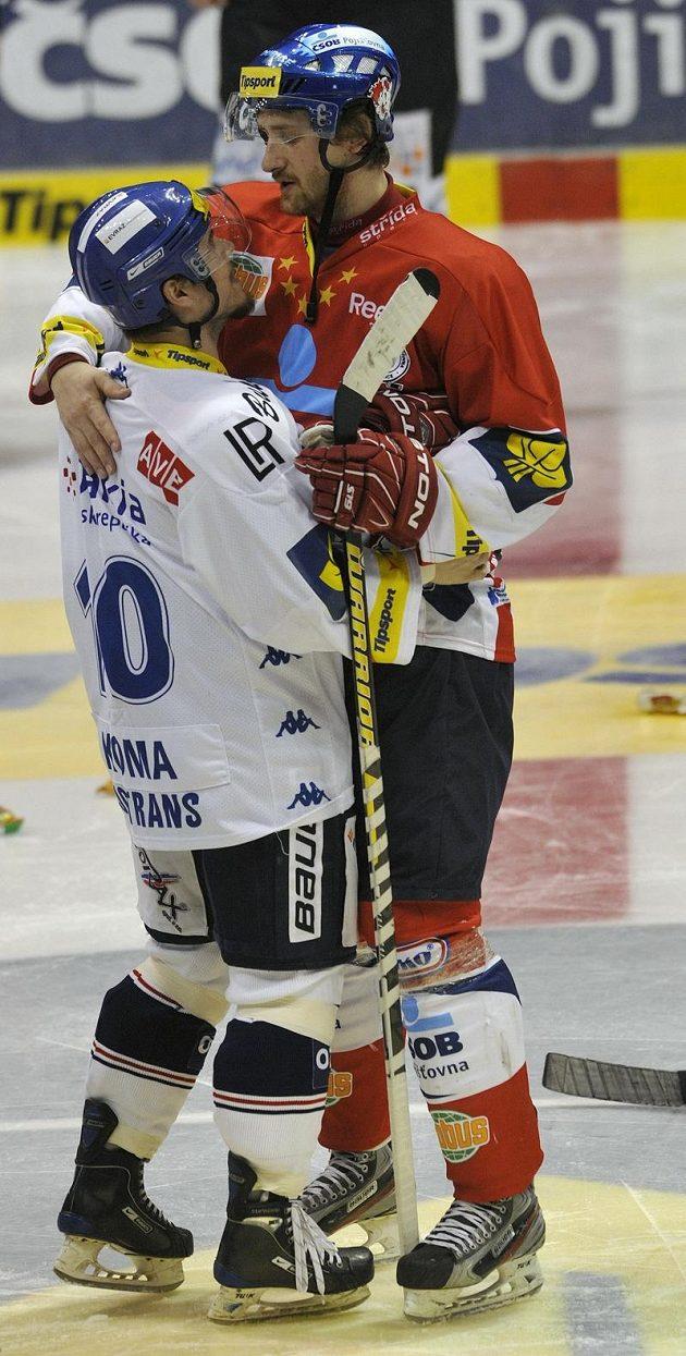 David tentokrát na Goliáše nevyzrál, aneb vítkovický Jaroslav Koma(vlevo) gratuluje pardubickému Jiřímu Cetkovskému k postupu do semifinále.