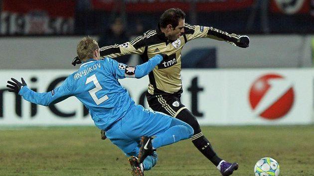 Bruno Cesar z Benfiky (vpravo) střílí přes bránícího hráče Zenitu Petrohrad Aleksandr Aňukova v osmifinále Ligy mistrů.