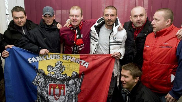 Tomáš Řepka (v bílé bundě) se nechal vyfotografovat i s českobudějovickými fanoušky Sparty Praha.
