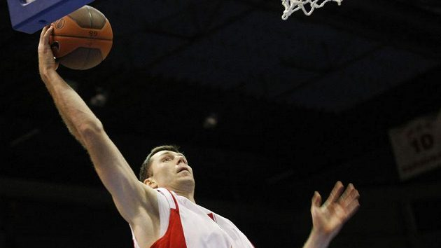 Basketbalista Nymburka Petr Benda smečuje