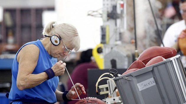 Práce v továrně před vrcholem sezóny jsou v plném proudu.