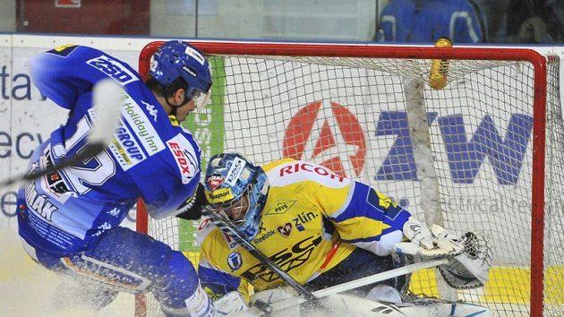 Leoš Čermák z Brna a brankář Zlína Jakub Sedláček v zápase závěrečného kola základní části extraligy.