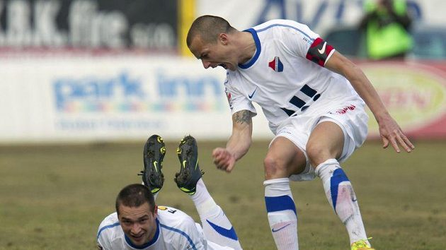 Antonín Fantiš z Baníku (na zemi) se raduje s Václavem Svěrkošem z prvního gólu zápasu proti Jablonci.