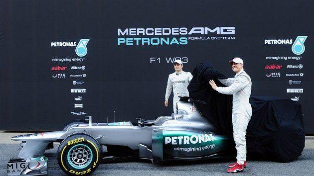 Michael Schumacher a Nico Rosberg oficiálně představují nový mercedes před nadcházející sezónou F1.