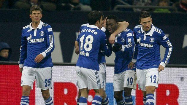 Fotbalisté Schalke se radují z branky.