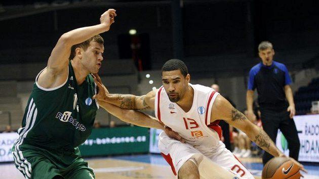 Chester Tre Simmons (vpravo) v souboji s Buterlevičiusem z litevského týmu Rudupis Prienai