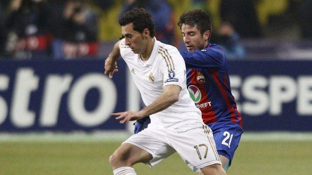 Alavára Arbelou z Realu Madrid (vlevo) stíhá Zoran Tošič z CSKA Moskva.