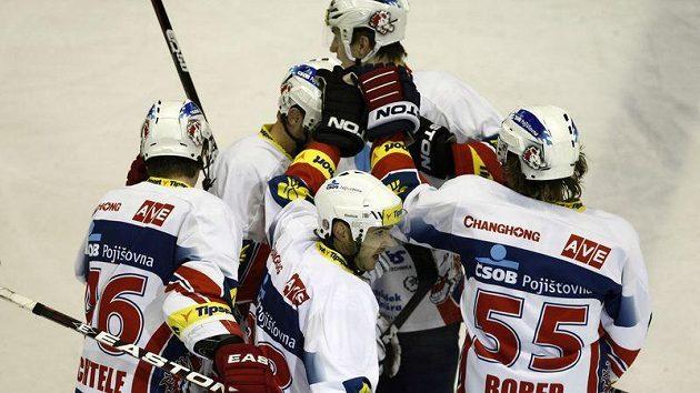 Hokejisté Pardubic se radují z branky.