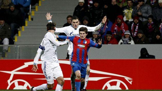 Plzeňský Václav Pilař (uprostřed) se snaží obelstít dva hráče Schalke 04.