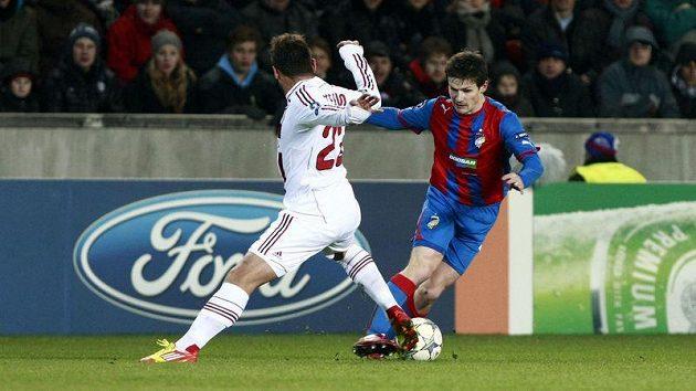 Václav Pilař zasekává míč před Nocerinem z AC Milán