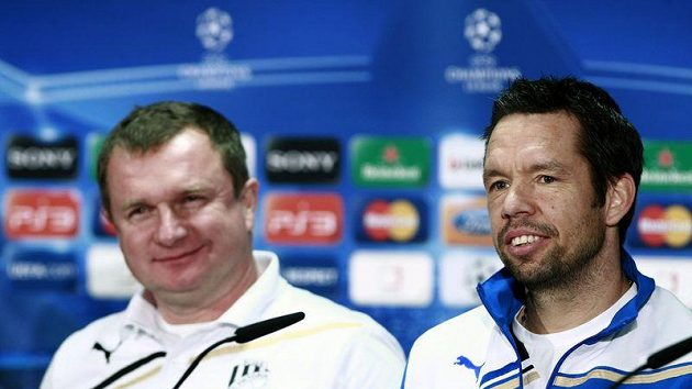 Pavel Horváth (vpravo) a tehdejší trenér fotbalistů Plzně Pavel Vrba před duelem proti Barceloně.