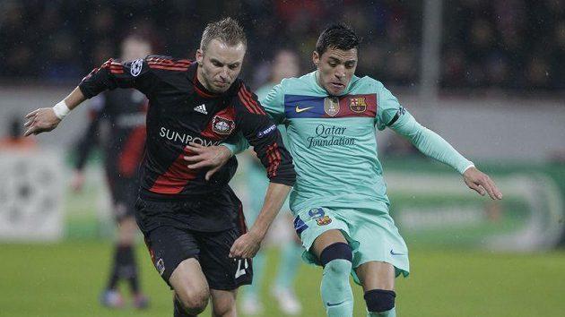 Michal Kadlec z Bayeru Leverkusen (vlevo) brání Alexise Sáncheze z Barcelony.