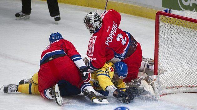 Brankář české reprezentace Tomáš Pöpperle ve střetu s dotírajícím Švédem Andreasem Jamtinem na Švédských hokejových hrách.