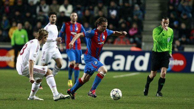 Petr Jiráček (uprostřed) utíká s míčem před Ambrosinim z AC Milán