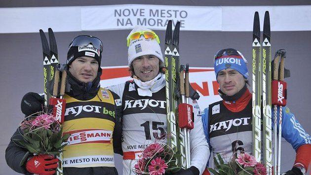 Stupně vítězů v Novém Městě na Moravě po třiceti kilometrech klasicky. Zleva druhý Švýcar Dario Cologna, vítěz Švéd Johan Olsson a třetí Maxim Vylegžanin z Ruska.
