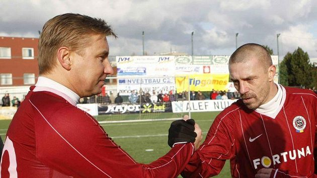 Tomáš Řepka (vpravo) v dresu Sparty si podává ruku s Horstem Sieglem vv Silvestrovském derby.
