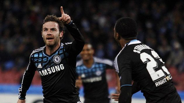 Útočník Chelsea Juan Mata (vlevo) se raduje z branky.