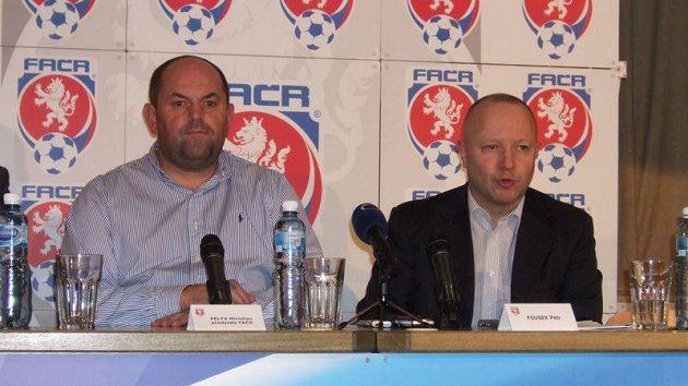 Šéf FAČR Miroslav Pelta (vlevo) a Petr Fousek, šéf české kandidatury na EURO 2015 fotbalistů do 21 let.
