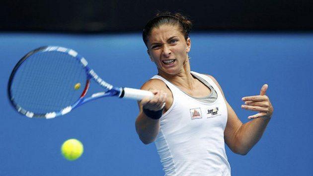 Sara Erraniová vrací míček při čtvrtfinálovém utkání s Petrou Kvitovou.
