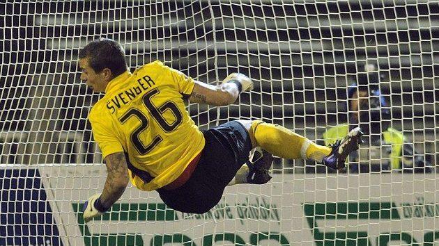 Brankář Sparty Milan Švenger vyráží jednu ze střel fotbalistů Hradce Králové.