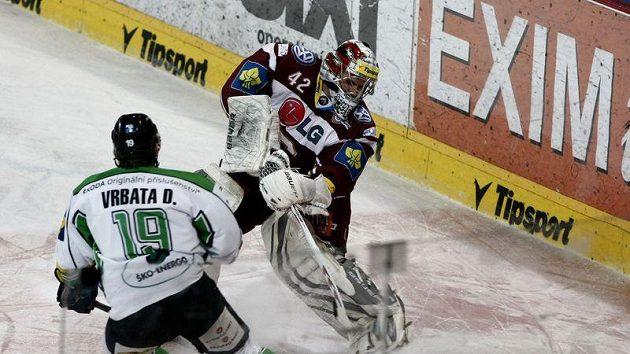 Sparťanský gólman Pöpperle zasahuje před dotírajícím Vrbatou z Mladé Boleslavi.