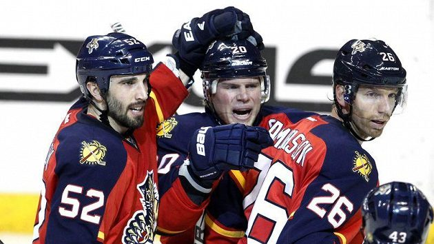 Hokejisté Floridy se radují z branky proti Winnipegu.