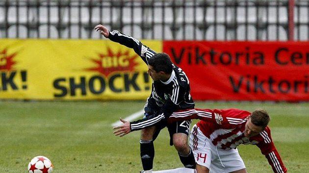 Tomáš Pilík z Příbrami v souboji s Danielem Bartlem ze Žižkova.