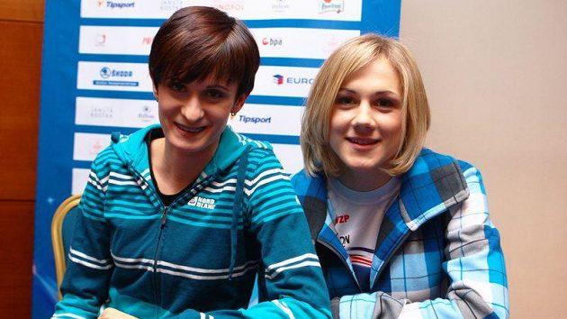 Martina Sáblíková (vlevo) s Karolínou Erbanovou při vyhlašování ankety Sportovec roku v roce 2011.