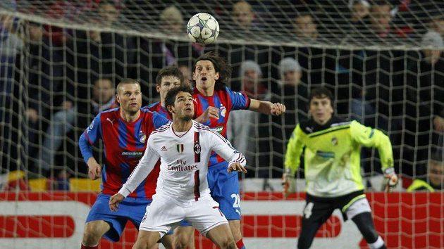Pato z AC Milán před brankou fotbalistů Plzně