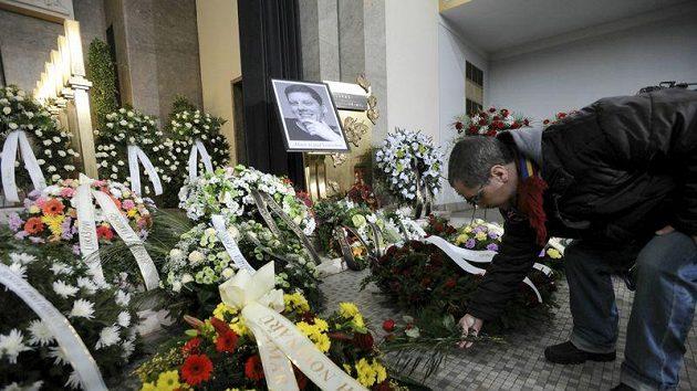 Poslední rozloučení s místopředsedou fotbalové Sparty Lukášem Přibylem, který náhle zemřel v pouhých 33 letech.