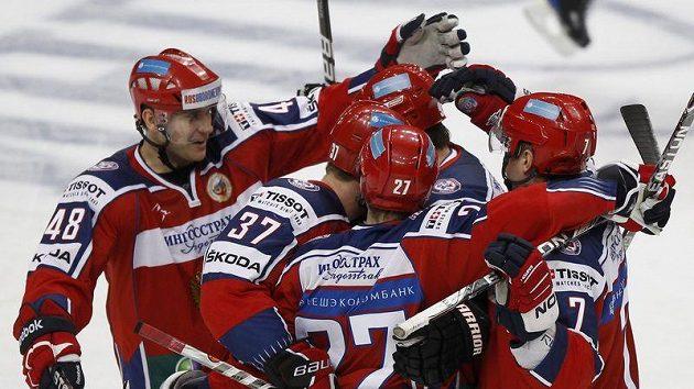 Ruští hokejisté se radují z branky proti Česku.