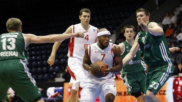 Eugene Lawrence (uprostřed) se snaží prosadit mezi hráči litevského týmu Rudupis Prienai