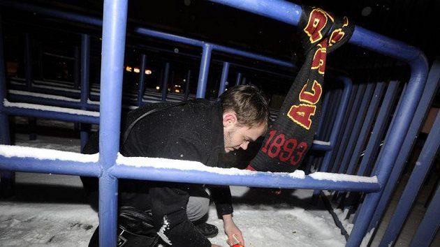 Mladík zapaluje svíčky před stadiónem pražské Sparty poté, co byl místopředseda představenstva Sparty Lukáš Přibyl nalezen mrtvý ve své kanceláři.