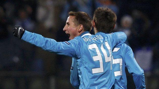 Sergej Semak a Vladimir Bystrov z Petrohradu se radují z gólu do sítě Benfiky.