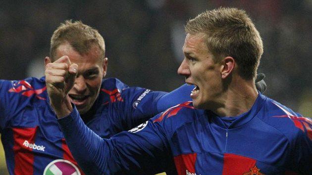Pontus Wernbloom z CSKA (vpravo) se raduje se spoluhráčem Vasilijem Berezutským z branky, kterou vstřelil Realu Madrid.