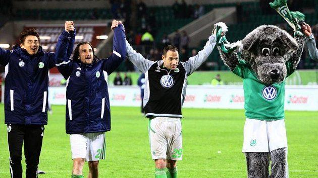 Petr Jiráček a Jan Polák při děkovačce hráčů Wolfsburgu směrem k fanouškům po výhře nad Kolínem.