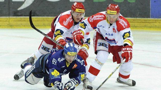 Jan Káňa z Vítkovic (zleva) se snaží přelstít budějovickou dvojici David Kuchejda a Roman Němeček.