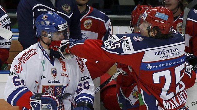 Igor Makarov udeřuje Tomáše Reolinka do obličeje.