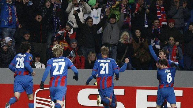 Hráči Plzně oslavují gól vstřelený Schalke 04.
