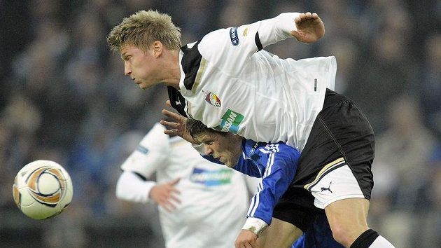 Klaas-Jan Huntelaar ze Schalke a jeho břímě v podobě plzeňského Václava Procházky.