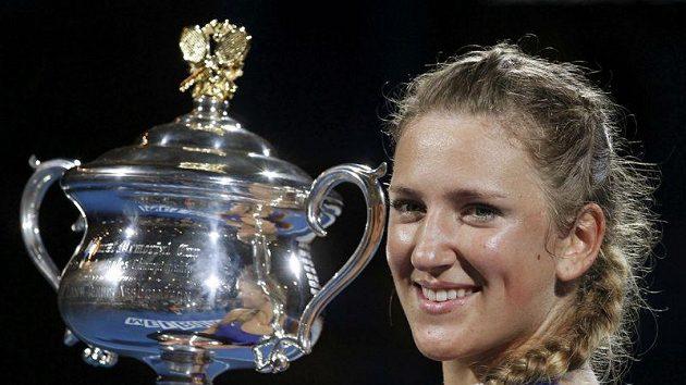 Běloruska Viktoria Azarenková s trofejí pro vítězku Australian Open.