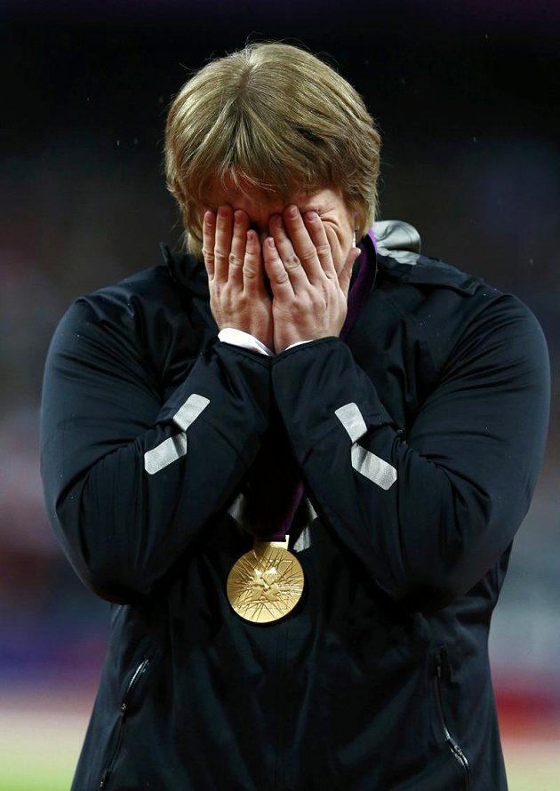 Takhle plakala Naděžda Ostapčuková při vyhlašovacím ceremoniálu. Po zveřejnění dopingu jí zůstvají oči pro pláč znovu, tenokrát však nikoliv z radosti.
