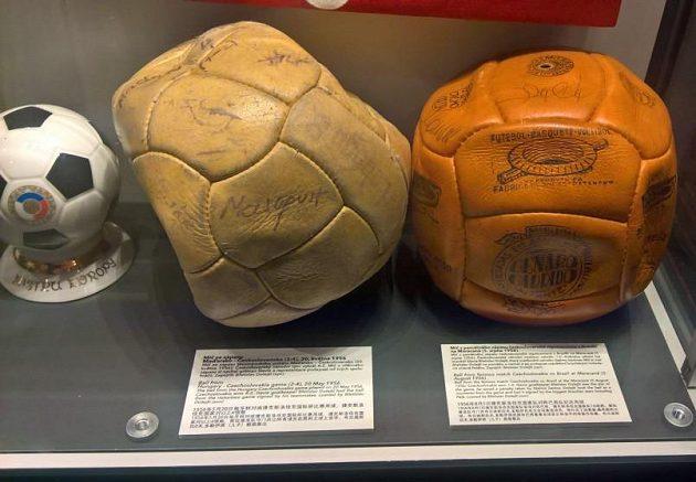Míč z Brazílie (vpravo) podepsaný legendárním Pelém.