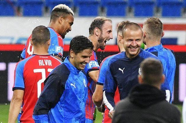 Fotbalisté Plzně při pozápasovém loučení se spoluhráčem Romanem Hubníkem (vzadu uprostřed).