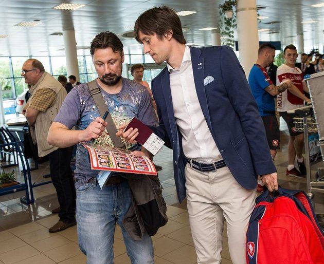 Kapitán Tomáš Rosický rozdává autogramy před odletem na EURO 2016 do Francie.