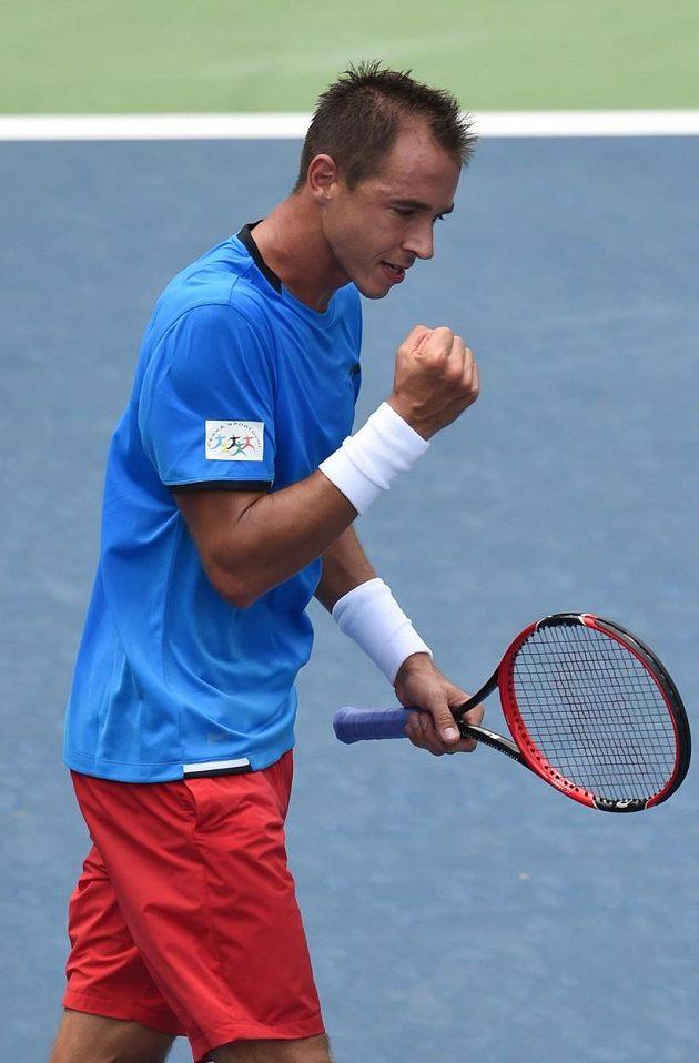 Radostné gesto tenisty Lukáše Rosola poté, co v náročných klimatických podmínkách získal pro Česko v Davisově poháru na indické půdě první bod.
